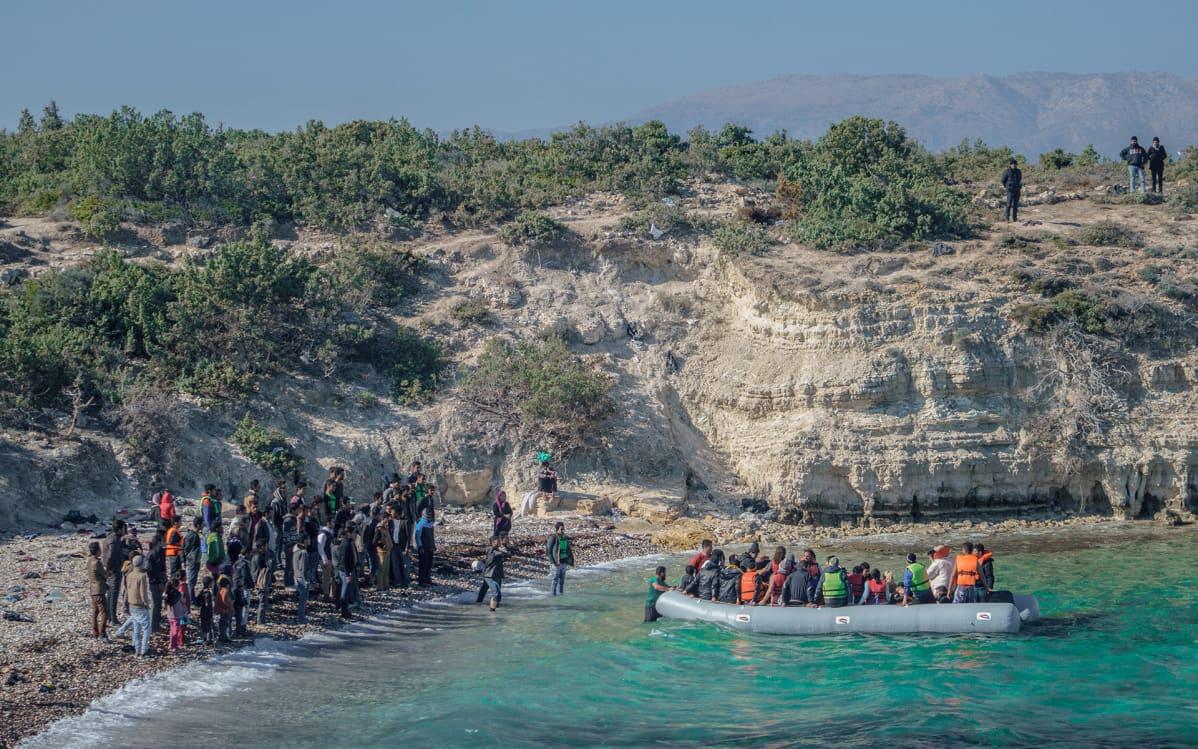 Cesmen rannalla pakolaisia.