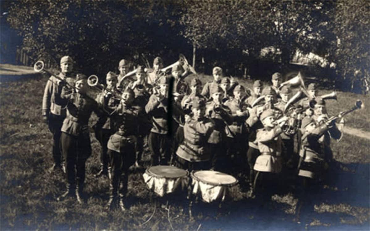 Ratsuväkiprikaatin soittokunta ryhmäkuvassa Lappeenrannassa; soittavat ulkona puistossa. Kuva 1920-luvulta.