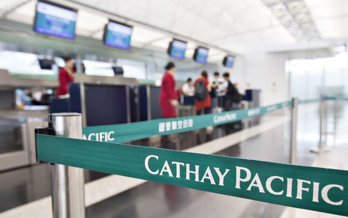 Cathay Pacific -lentoyhtiön matkustajia ohjaavat kangasnauhat Hongkongin kansainvälisen lentokentän terminaalissa.