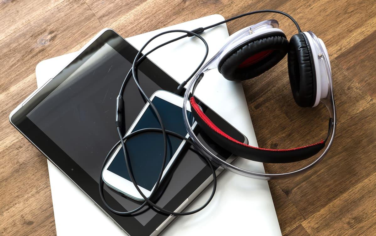 Musiikin kuuntelu tietokoneella.