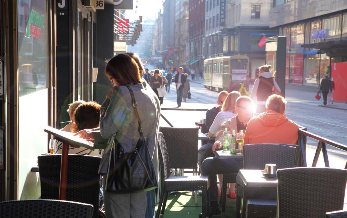 kahvila aleksanterinkadulla Helsingissä