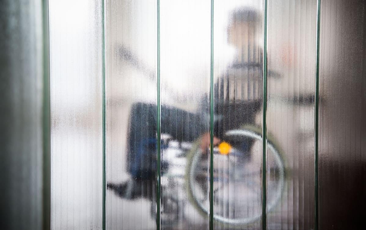 mies pyörätuolissa