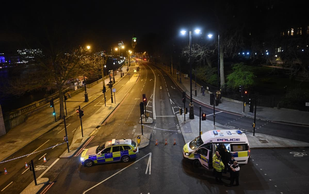 Poliisi jatkoi vartiointia yötä myöten Lontoossa.