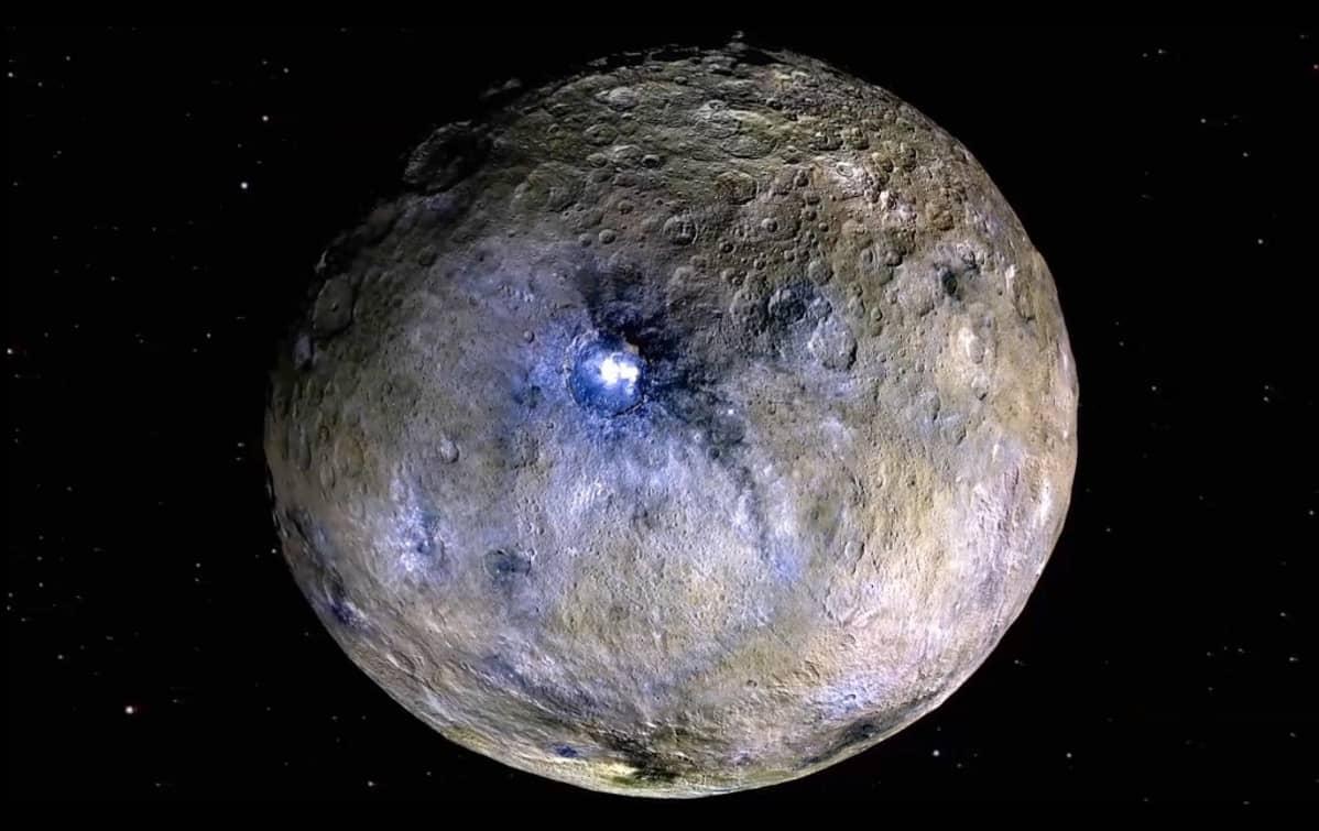 Kuoppainen pyöreä taivaankappale, jonka pinnassa on ruskean lisäksi sinistä ja valkoista.