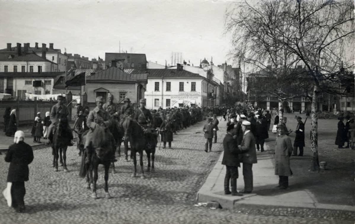 Viipuri punavangit marssitetaan kulkueessa keskuskasarmille 1918