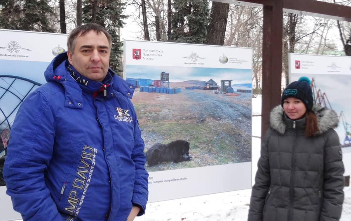 Valokuvaaja Sergei Malahov esitteli näyttelynsä Varja-tyttärelleen.
