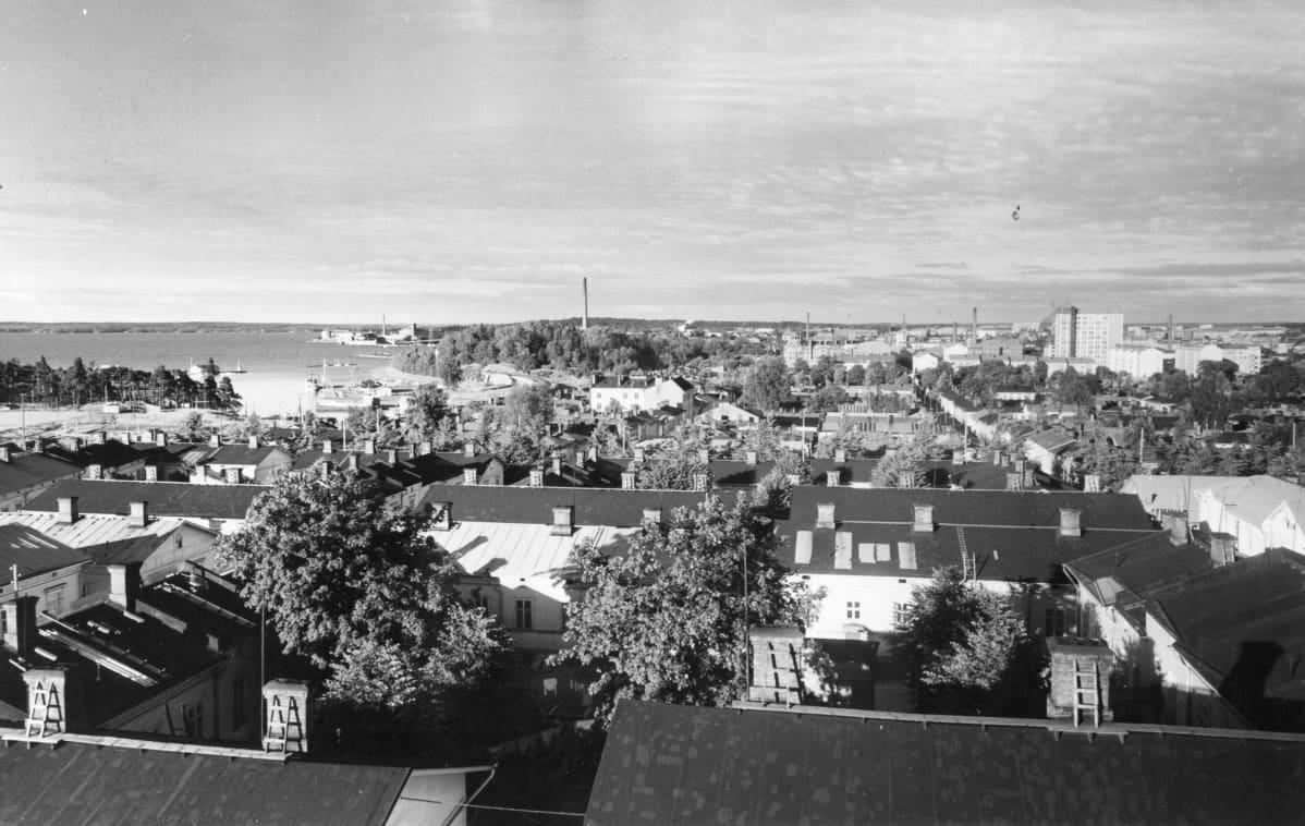 Amurin puutaloja. Korkealta otetussa kuvassa näkyy etualalla katto ja sisäpiha, kuva on otettu Tampereen keskustan suuntaan 1960.