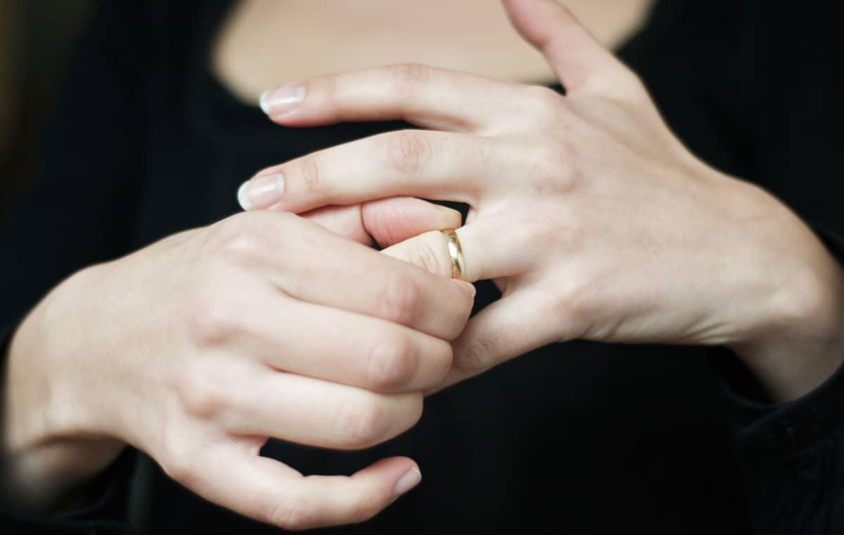 nainen ottaa sormusta sormesta