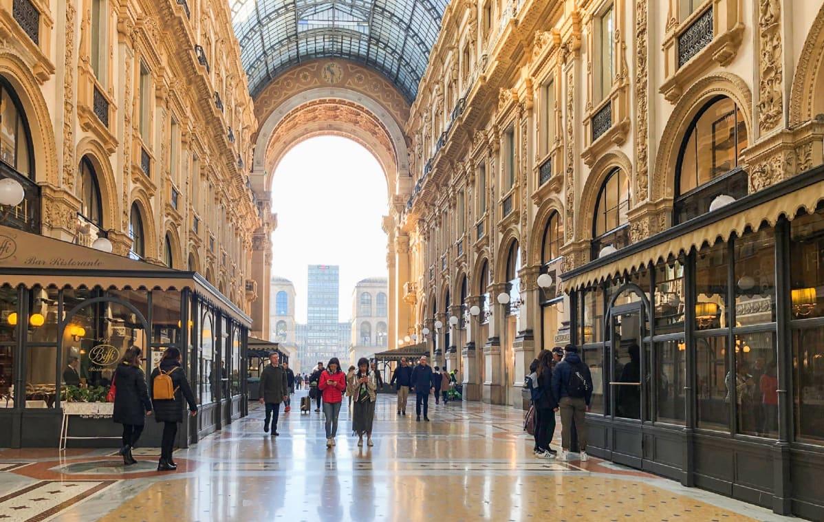 Hiljainen Galleria Vittorio Emanuele II Milanon keskustassa.