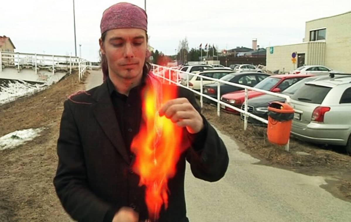 Hansi Harjunharja on esiintyvä sirkustaitelija. Piraatipuolueen ehdokkaana hän keräsi Lapin vaalipiirissä 495 ääntä.