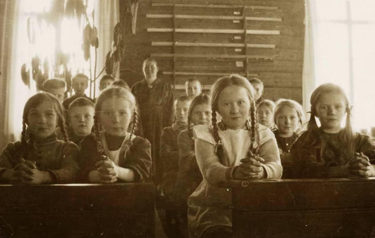 Varpasen koulun oppilaita 1920-luvulla.