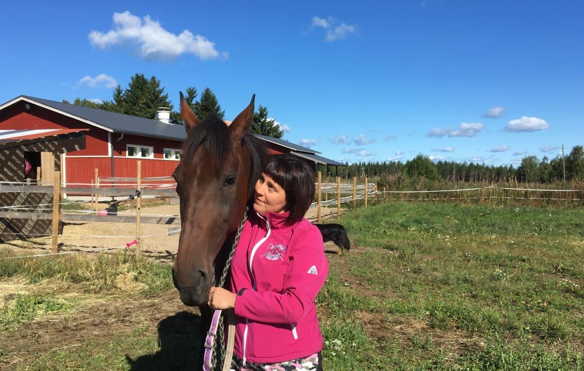 Ranch Kelly ja Anne Luttinen kotitarhassaan Mäntyharjulla.