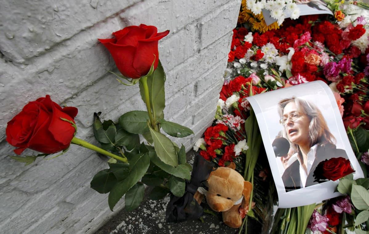 Ruusuja Anna Politkovskajan murhapaikalla Moskovassa 8. lokakuuta 2006.