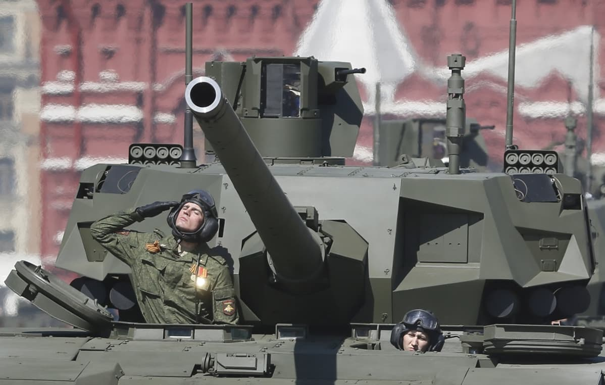panssari ja sotilas punaisella torilla