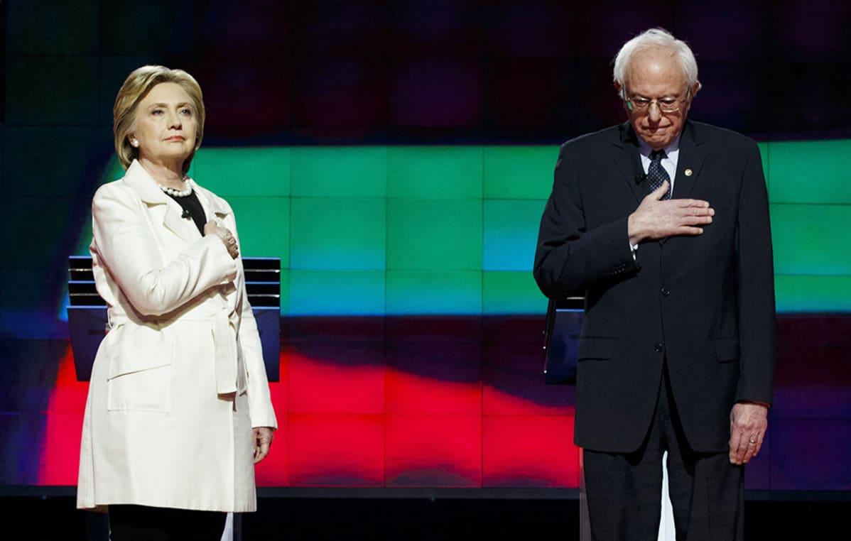 Hillary Clinton ja Bernie Sanders kuuntelivat kansallishymniä ennen vaaliväittelyä 14. huhtikuuta.