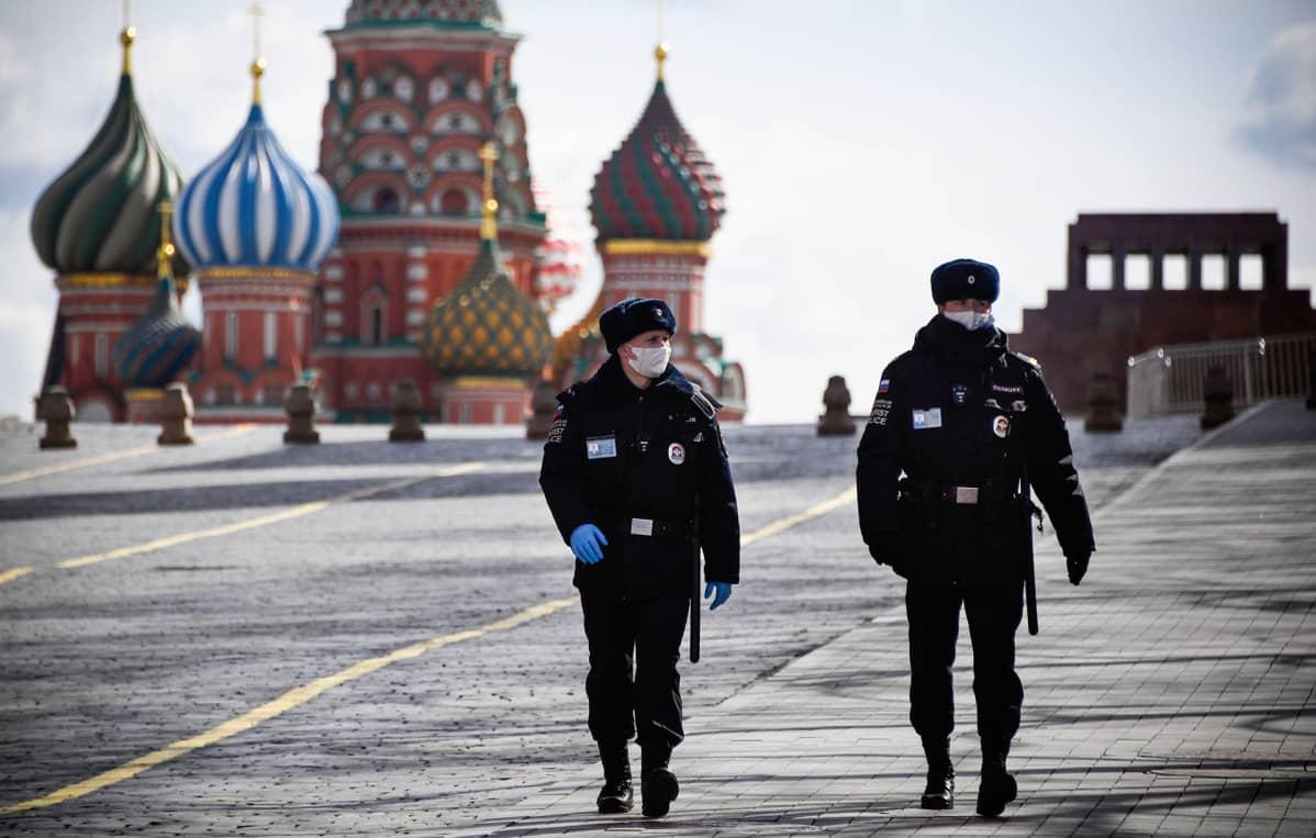Poliisipartio tyhjällä Punaisella torilla Moskovassa.