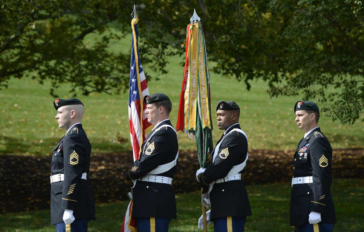 Yhdysvaltain armeijan rikoisjoukot John. F Kennedyn haudalla