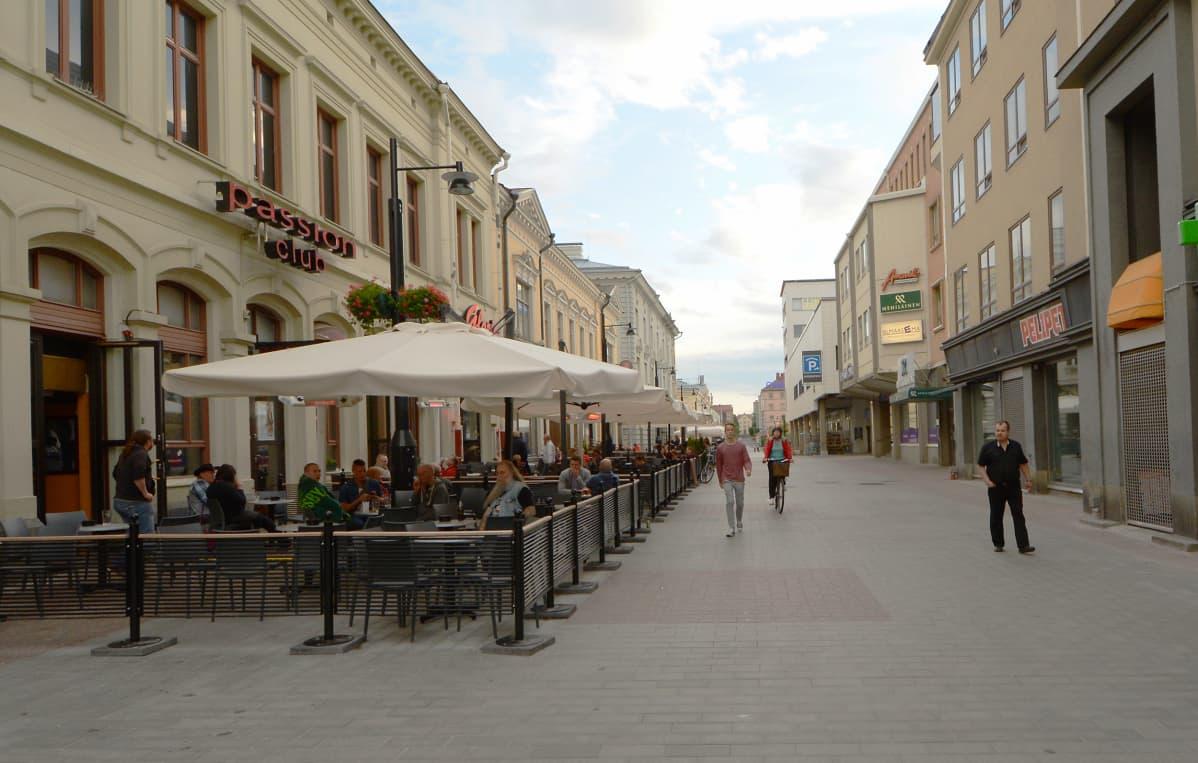Kävelykatu Kuopion ravintolakorttelin edustalla kesäiltana.