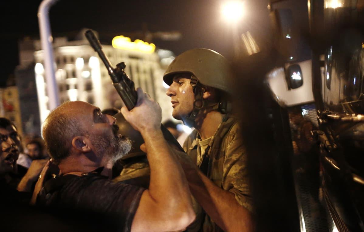 Turkkilainen poliisi pidättää sotilaan Taksimin aukiolla 16. heinäkuuta Istanbulissa.