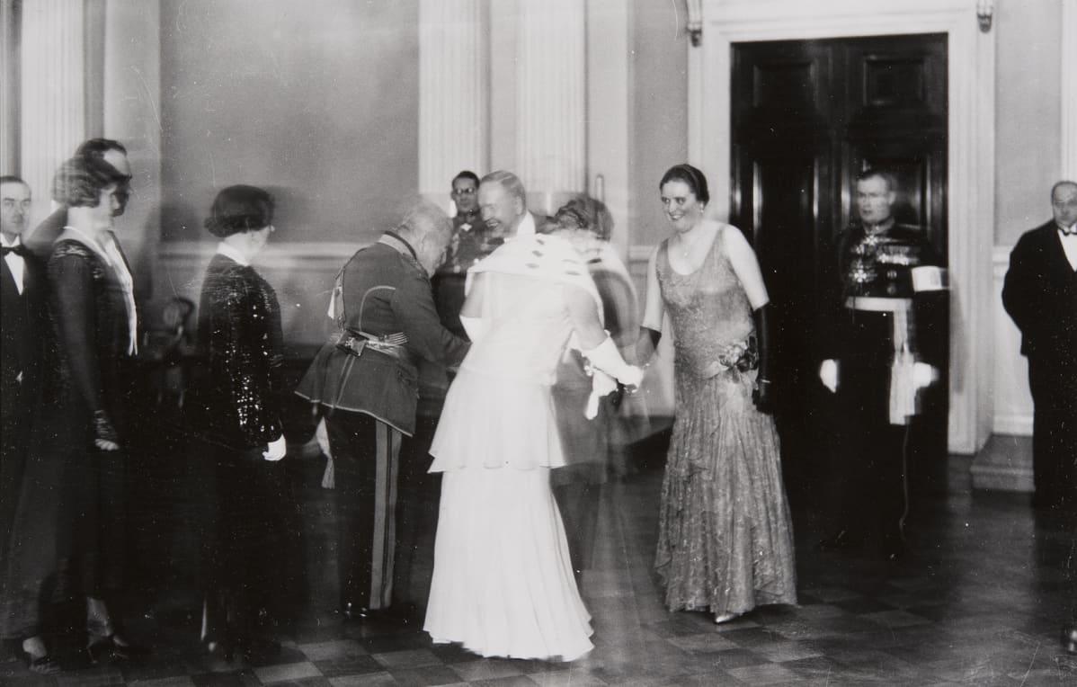 Presidentti Relanderia kättelee Theodor Schauman ja rouva Relanderia Alma Schauman, takana vasemmalla Heikki Kekoni ja oikealla Börje Söderström.