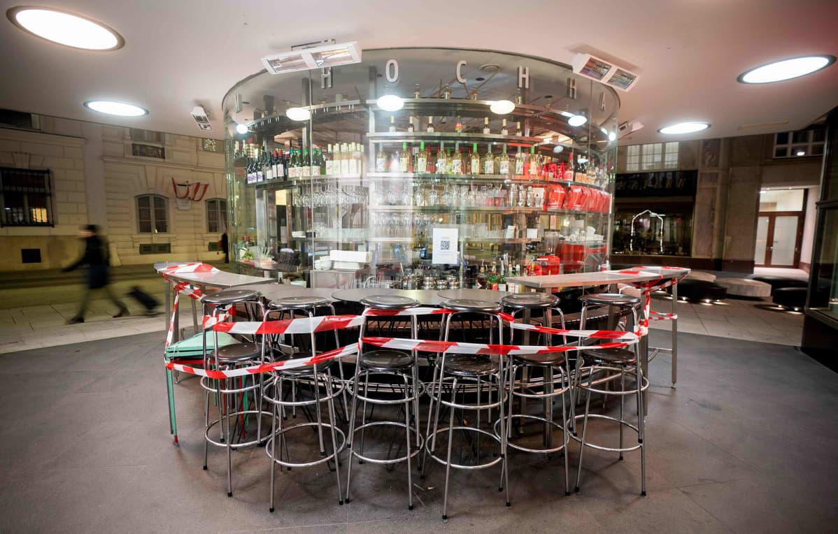 Koronaepidemian takia suljettu baari Wienissä, Itävallassa.