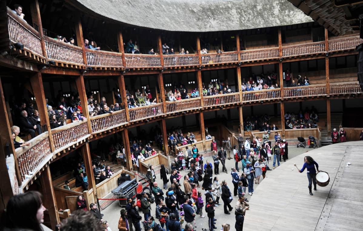 Esitys Lontoon Globe-teatterissa William Shakespearin syntymäpäivänä 21. huhtikuuta.