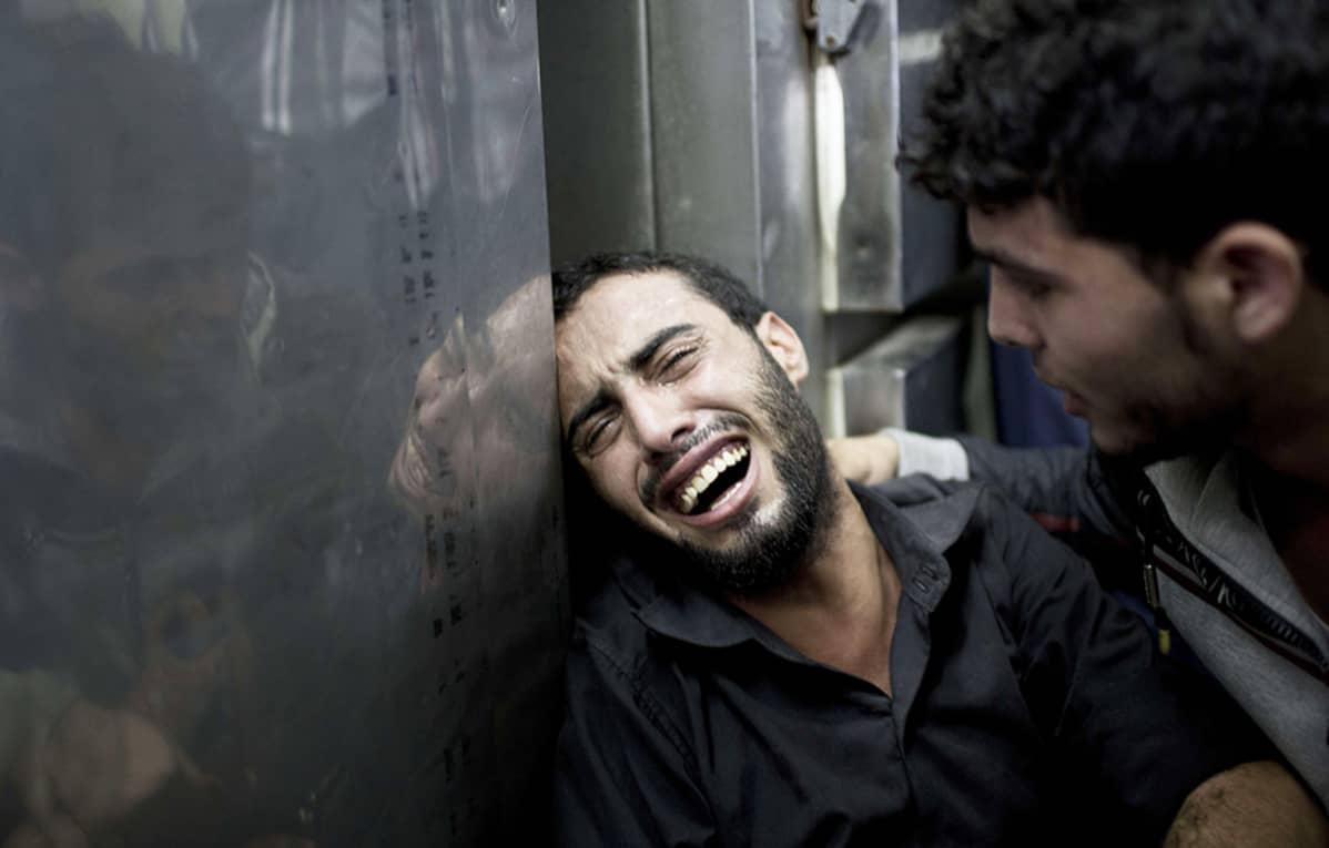 Mies suri pommituksissa kuolleit omaisiaan Beit Lahiyassa, Gazassa, 24. heinäkuuta.