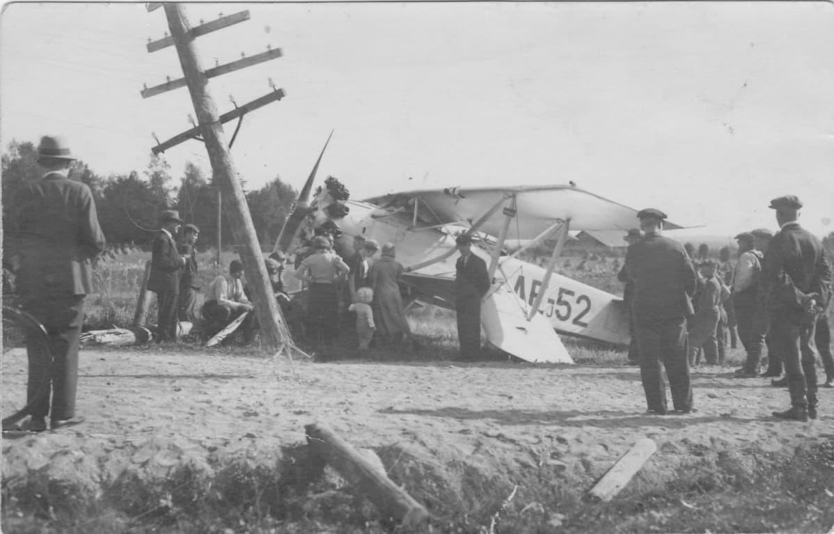 pellolle pakkolaskun tehnyt lentokone, vanha kuva