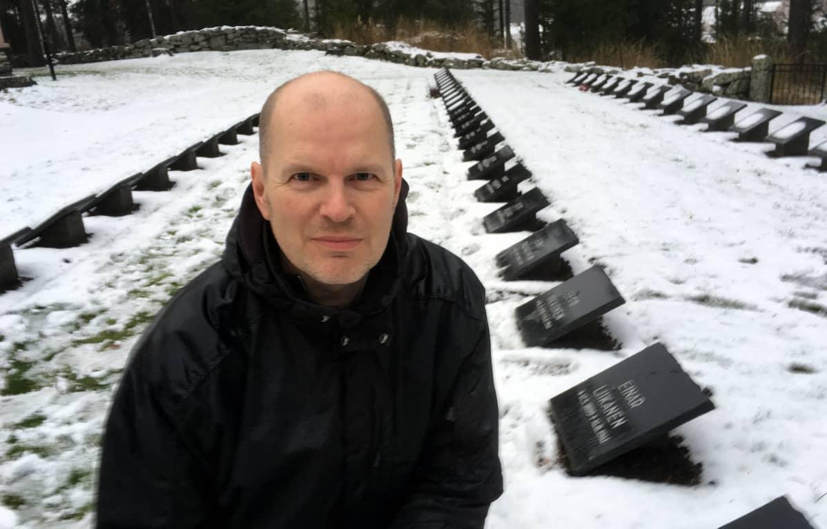 Mikko Laiho Anttolan sankarihautausmaalla.