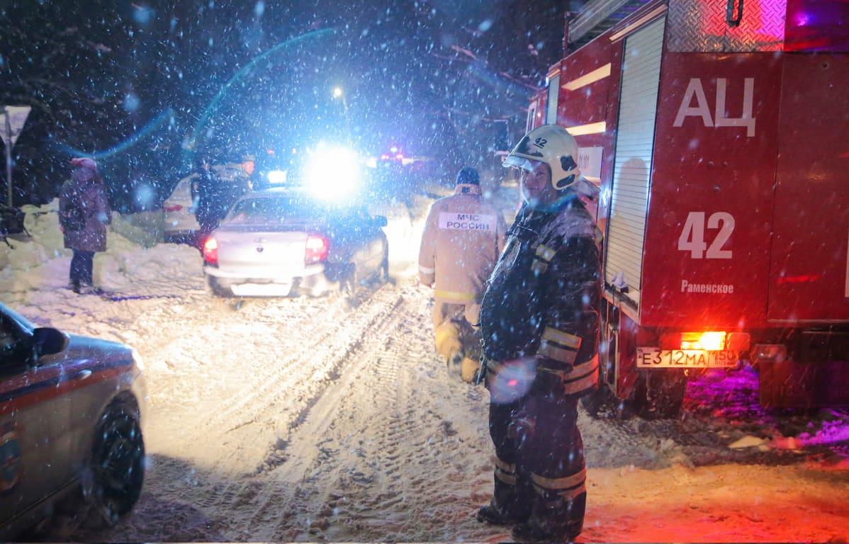 Pelastushenkilökuntaa  lentokoneen putoamisalueella Argunovossa, Ramenskyn alueella 11.2. 2018.