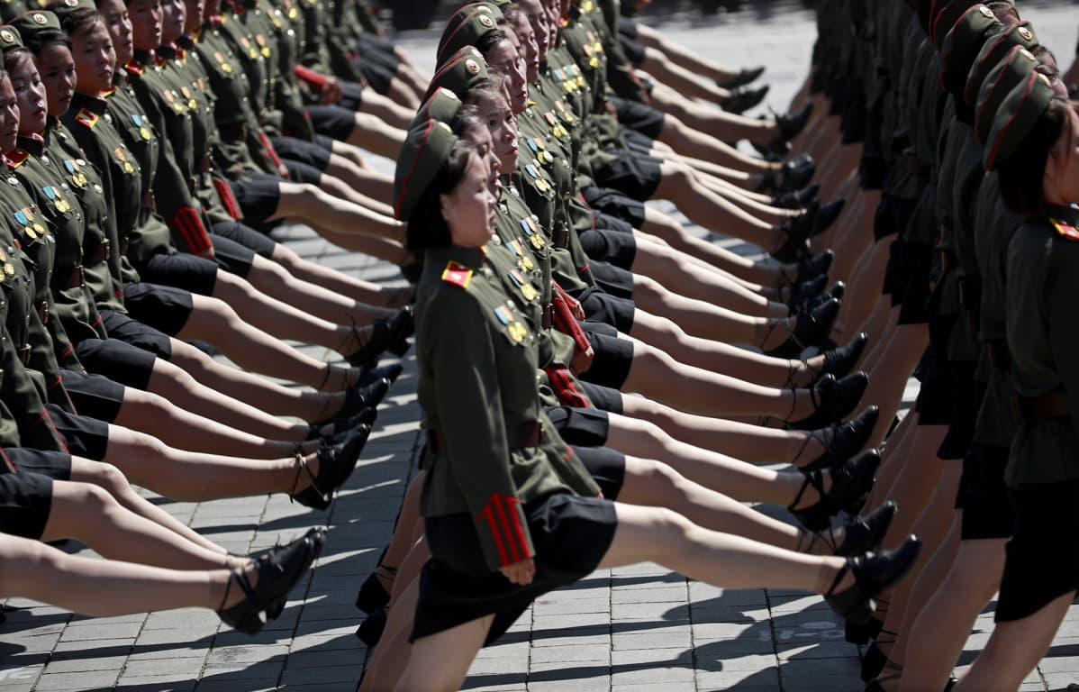 Pohjoiskorealaiset naissotilaat marssivat juhlaparaatissa Pjongjangissa.