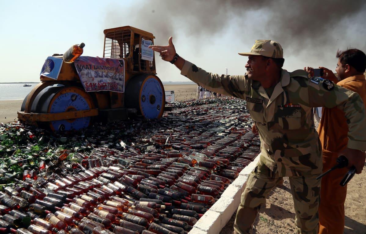 Rajavartijat tuhosivat laittomia viinapulloja Karachissa, Pakistanissa 11. helmikuuta.