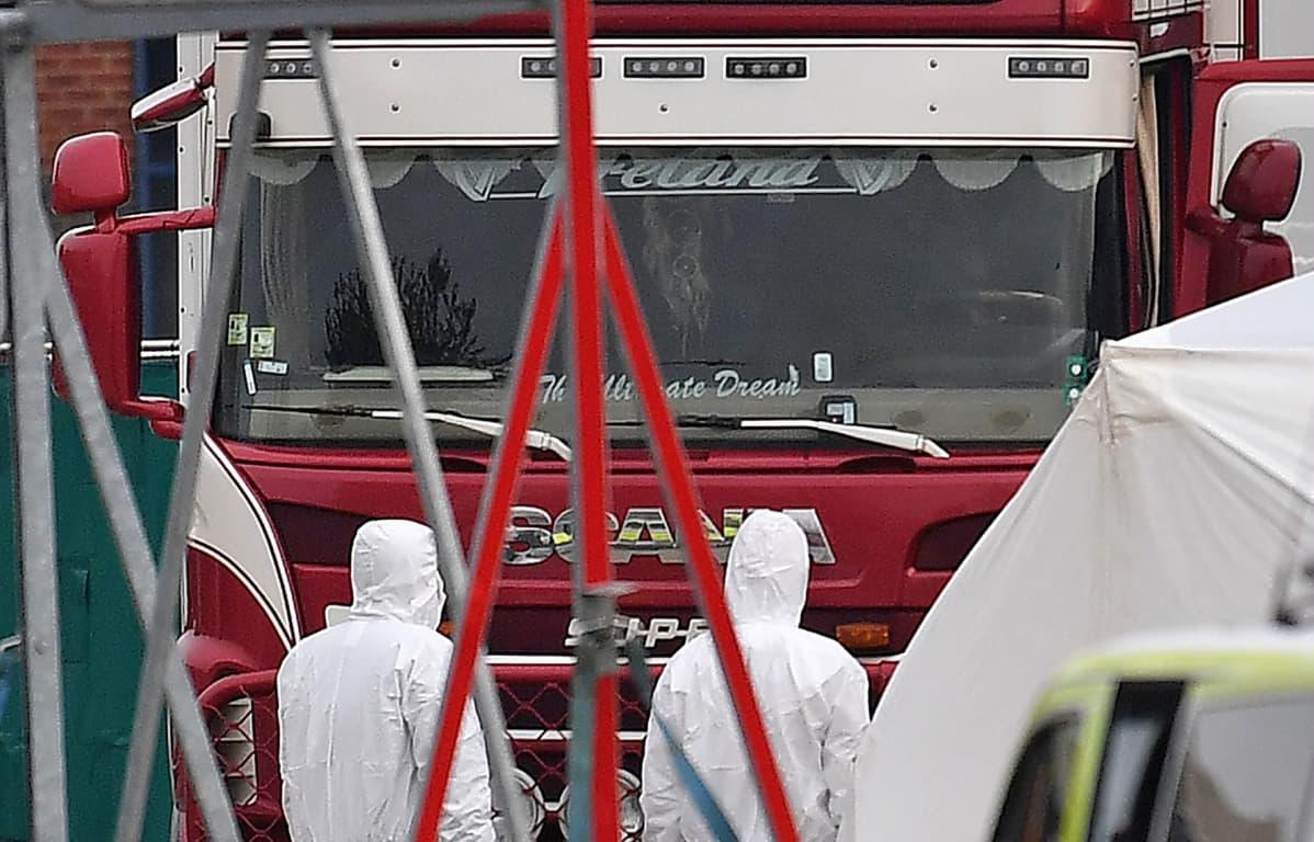 Rikospaikkatutkijoita rekan luona, josta ruumiit löydettiin Graysissa 23. lokakuuta.
