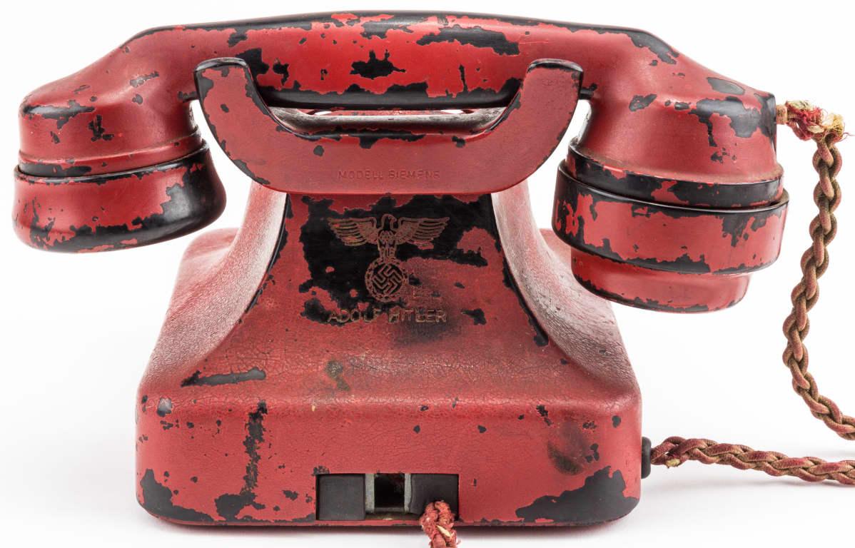 Natsi-Saksan johtajan Adolf Hitlerin puhelimen takaosaan on kaiverrettu omistajansa nimi.
