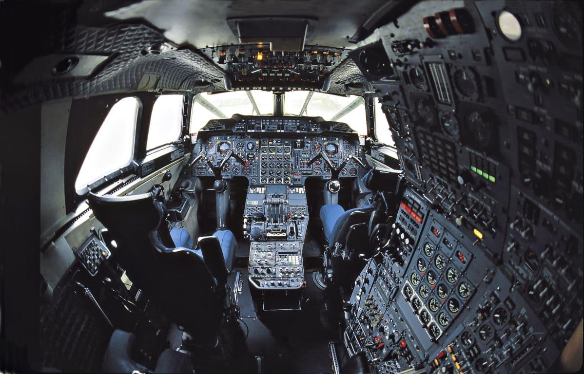 Air France -lentoyhtiön Concorde-koneen ohjaamo vuonna 2000.