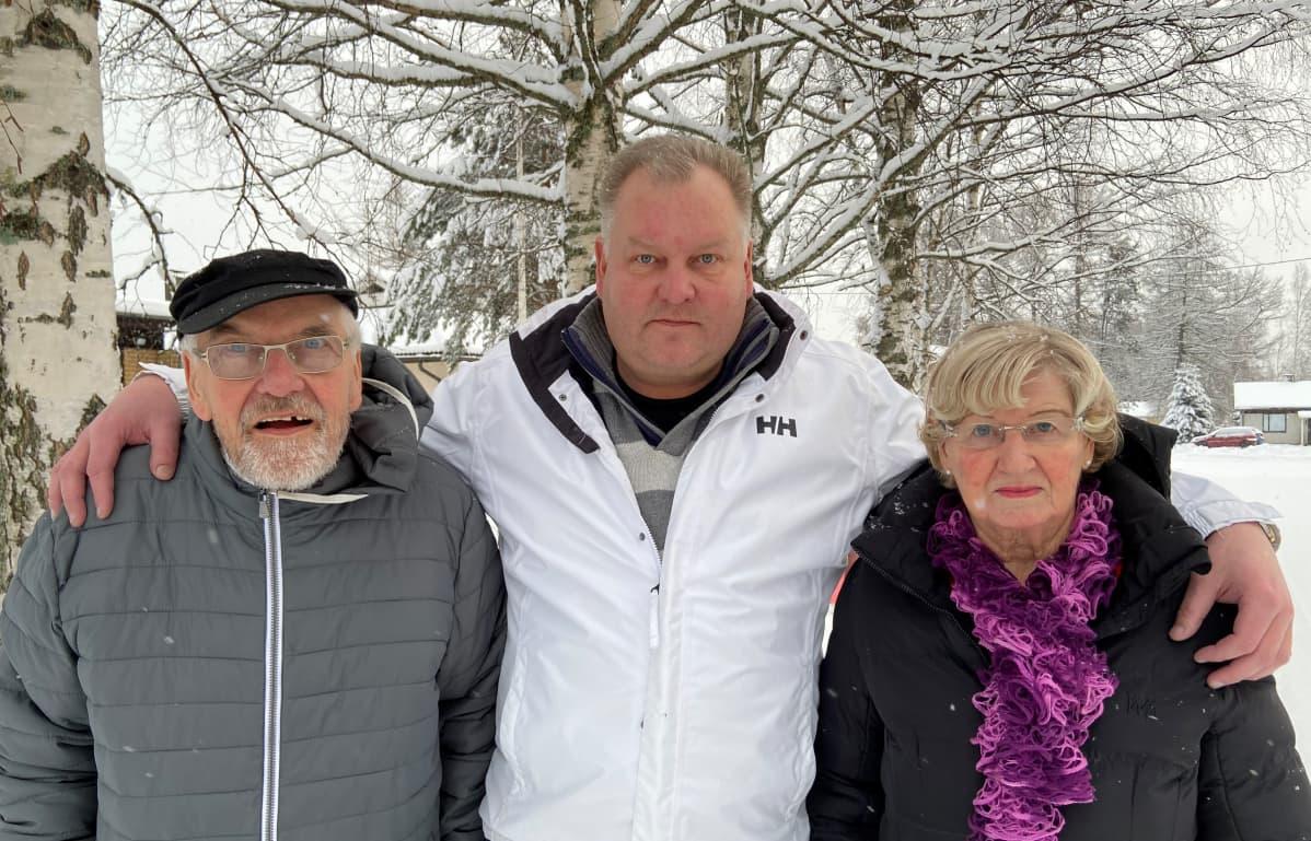 Vennu, Esa ja Maire Kääriäinen ovat selviytyneet koronan aiheuttamasta taudista.