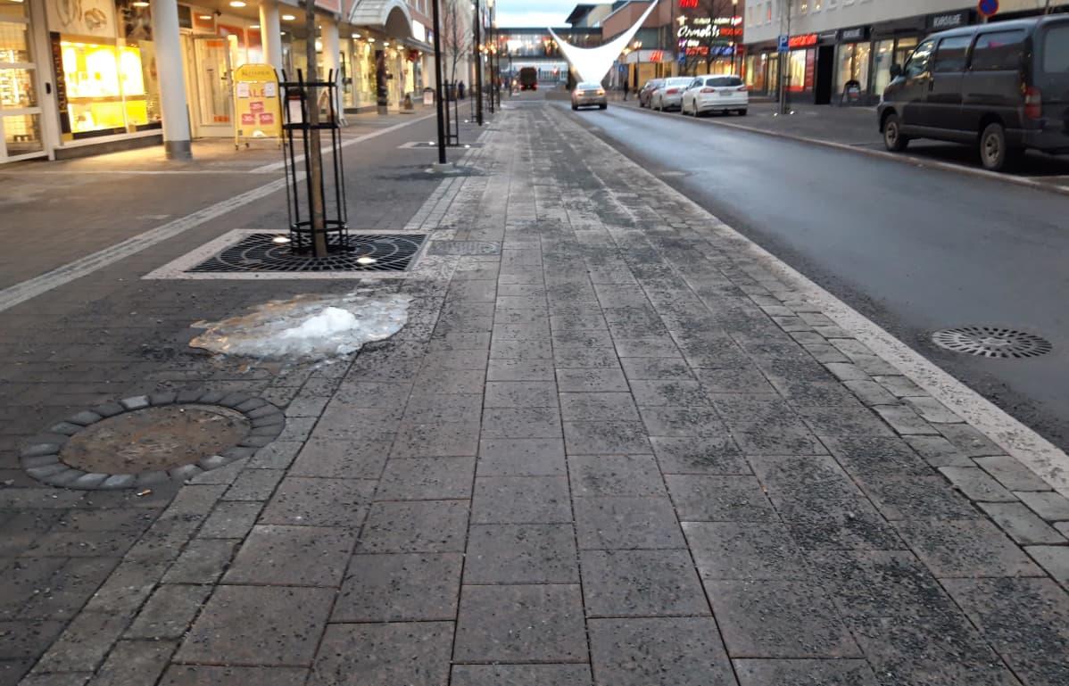 Rantakatu Kokkolan keskustassa, vasemmalla väylä kevyelle liikenteelle.