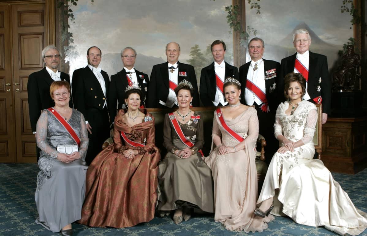 Norjan kuningas Harald 70 vuotta. Juhlavieraita kuninkaan kanssa ryhmäkuvassa.