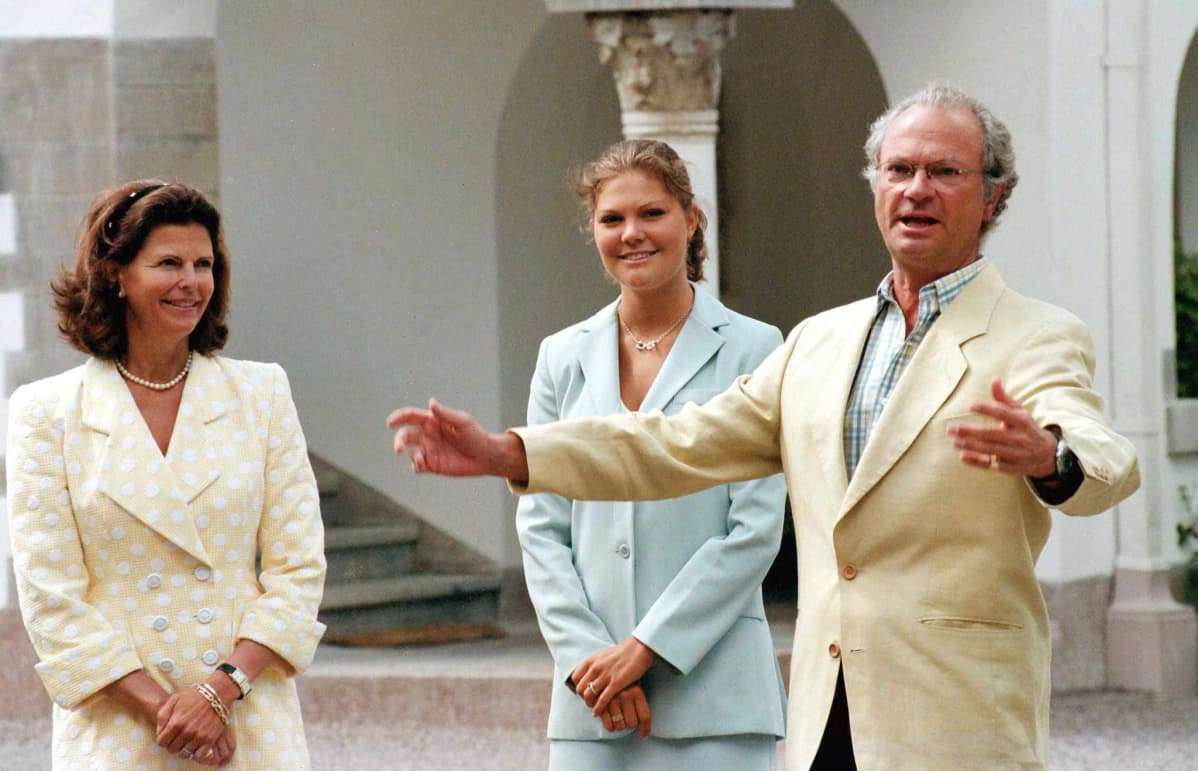 Kuningas Kaarle Kustaa pitää puhetta prinsessa Victorian 21-vuotissyntymäpäivävä 14. heinäkuuta 1998.
