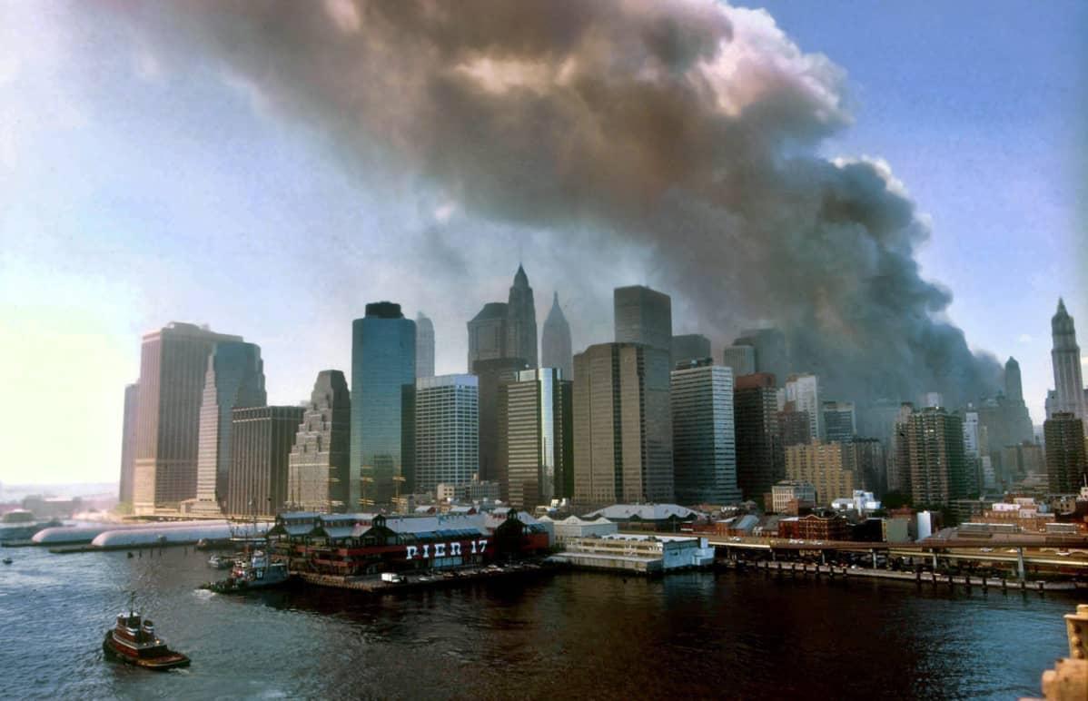 Savupatsas nousee taivaalle New Yorkissa, kun World Trade Centerin kaksoistornit romahtivat terrori-iskuissa 11. syyskuuta 2001.