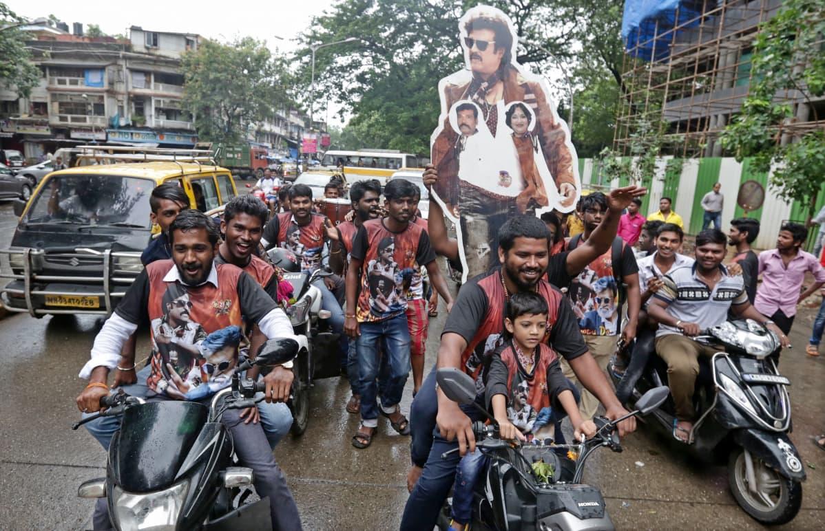 Kabali-elokuvan faneja Intiassa. Gangsteritarina on synnyttänyt poikkeuksellisen innokkaan faniliikkeen jopa elokuvateollisuuden suurvallassa.