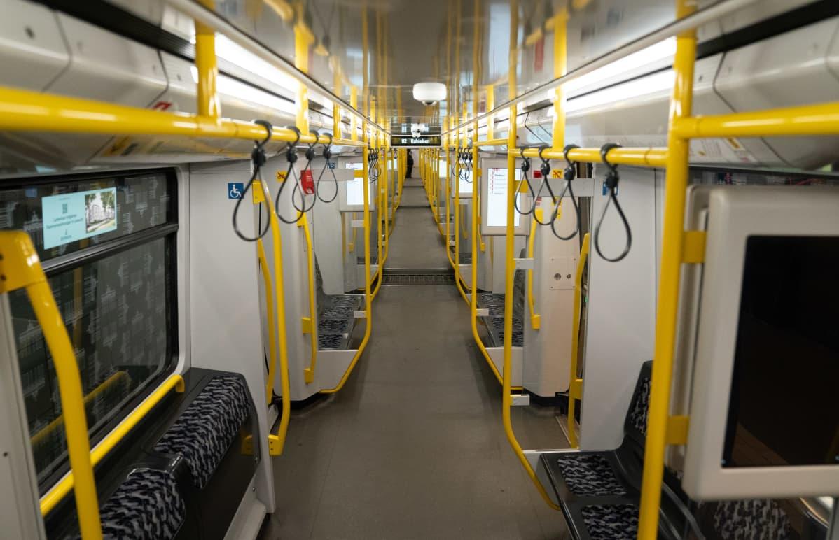 Ihmiset eivät liiku, eikä kauppa ja tuotanto suju. Berliinissä metrossa oli maanantaina autiota.