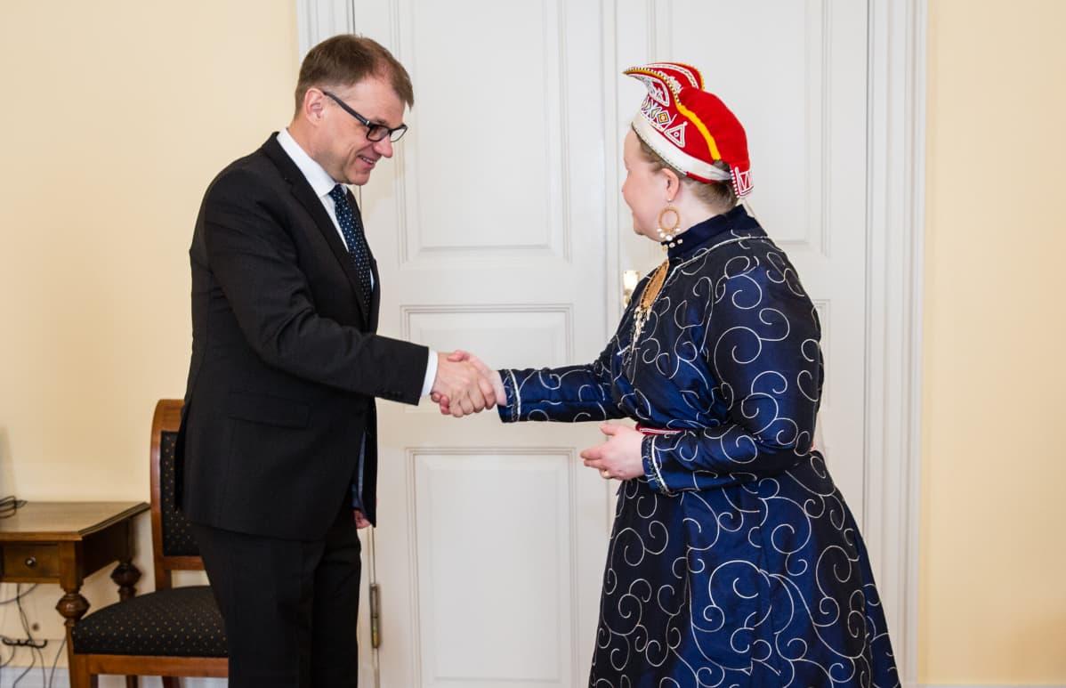 Stáhtaminister Juha Sipilä ja Sámedikki ságadoalli Tiina Sanila-Aikio 5.5.2017.