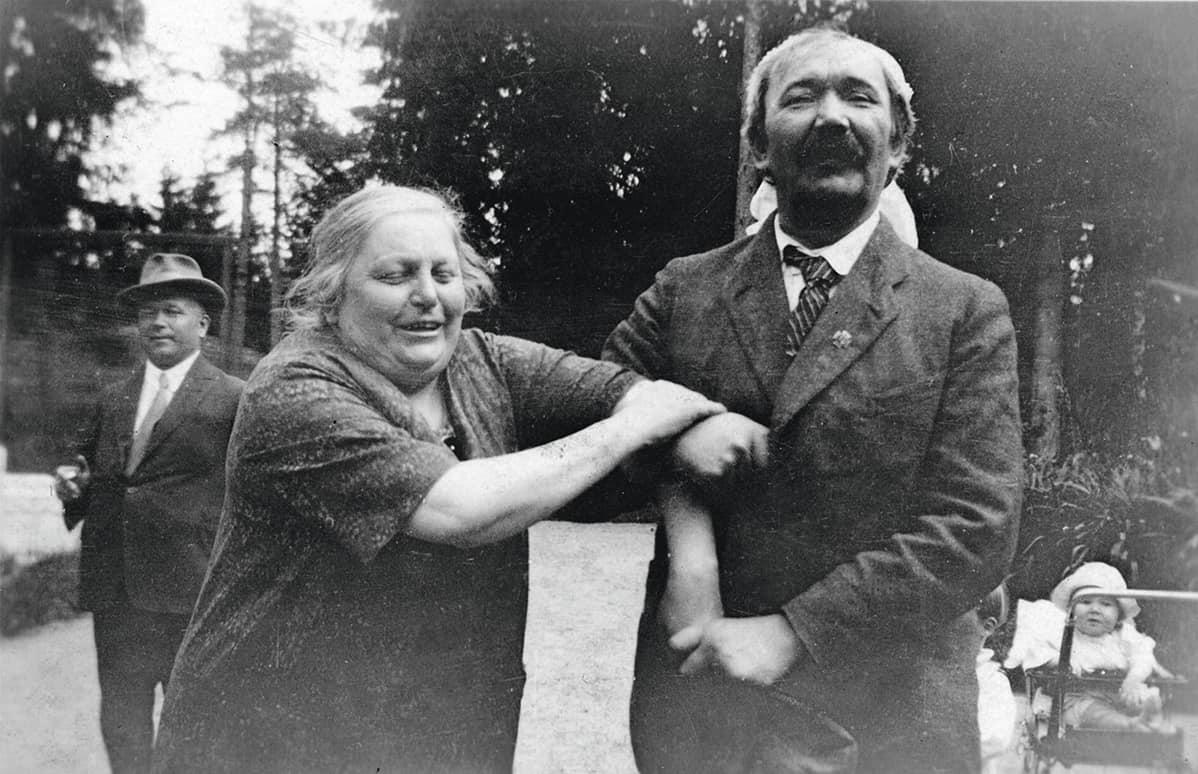 Eino Leino ja Syvärannan emäntä rva Ljung 1925. Vas. Armas Maasalo, kärryissä Erkki Paavilainen.