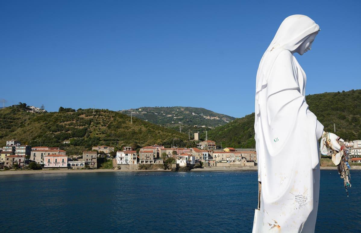 Neitsyt Marian patsas Acciarolin satamassa suojelee kylän kalastajia.