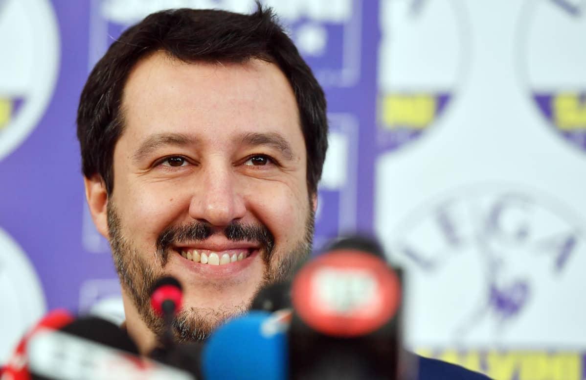Matteo Salvini pressitilaisuudessa Milanossa 5. maaliskuuta.