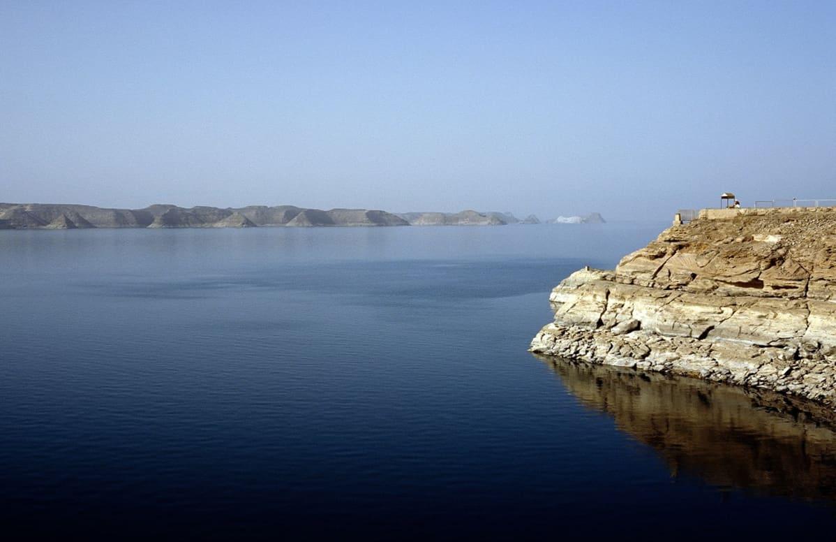 Iso vesialue, takana häämöttävät rantakalliot.
