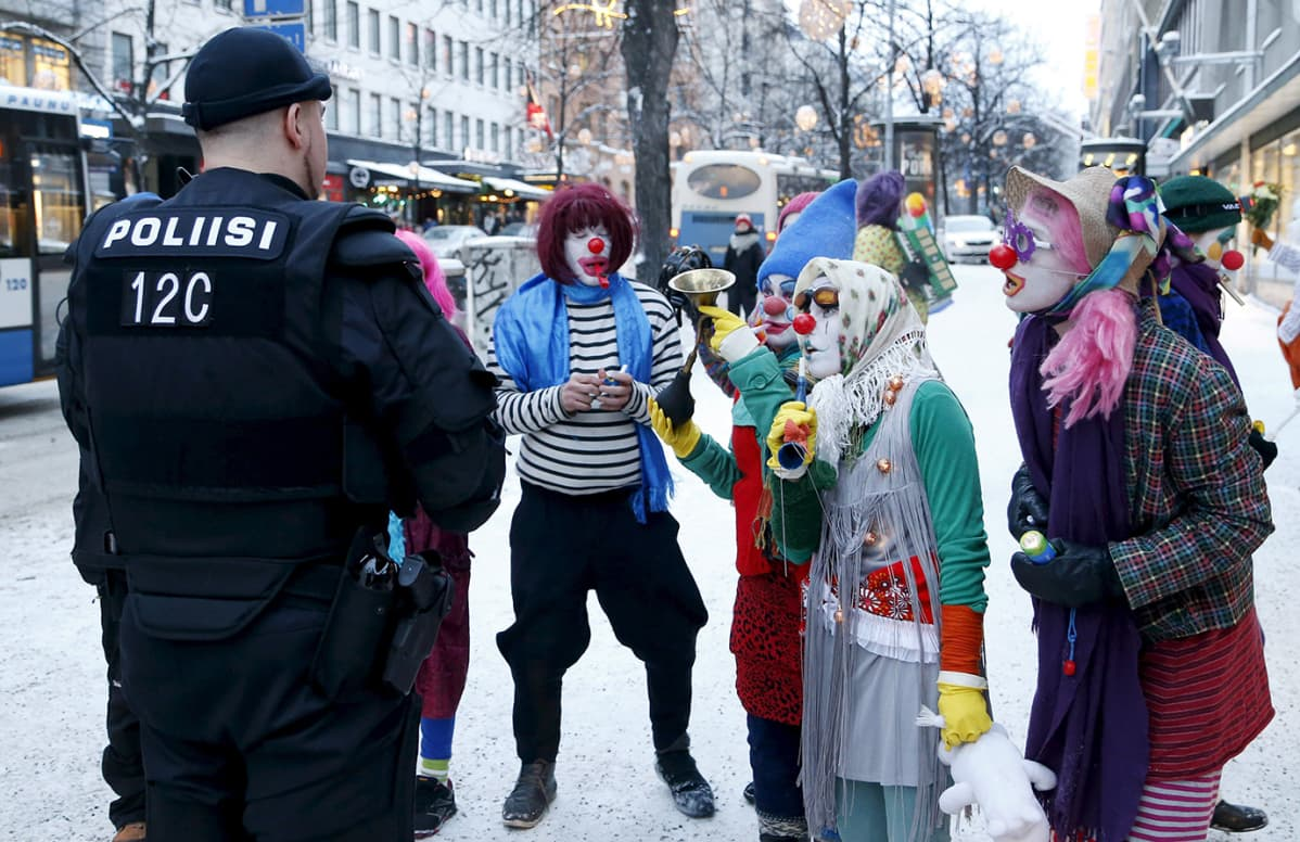 Loldiers of Odin -klovnit juttelevat poliisin kanssa.