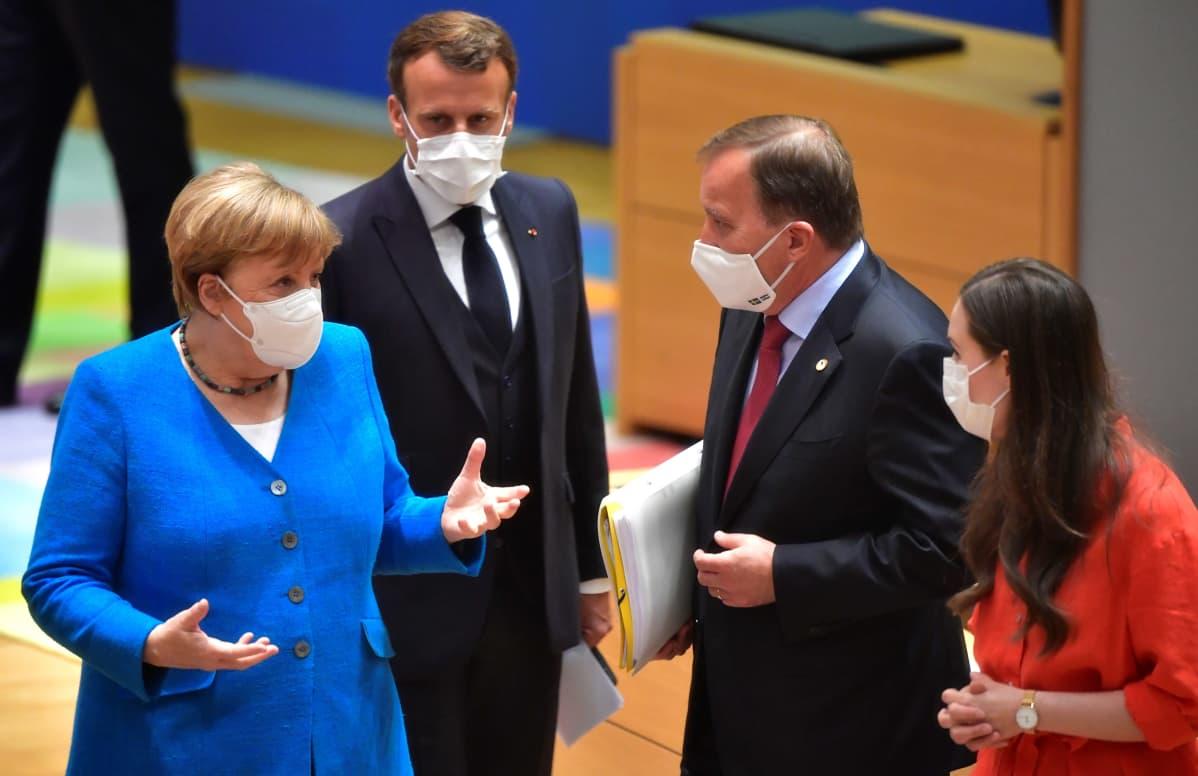Saksan liittokansleri Angela Merkel, Ranskan presidentti Emmanuel Macron, Ruotsin pääministeri Stefan Löfven ja Suomen pääministeri Sanna Marin keskustelevat EU-huippukokouksessa.