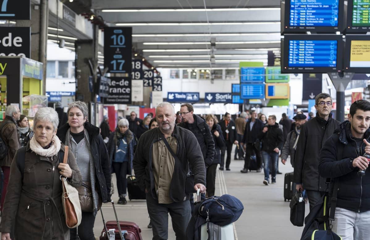 Rautatieläisten huhtikuussa alkava lakko uhkaa aiheuttaa Ranskassa kaaosta.